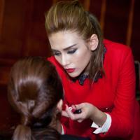 Hoàng Yến trổ tài make-up cho bạn diễn