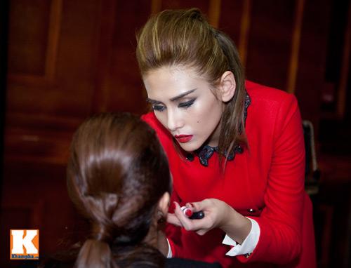Hoàng Yến trổ tài make-up cho bạn diễn - 3