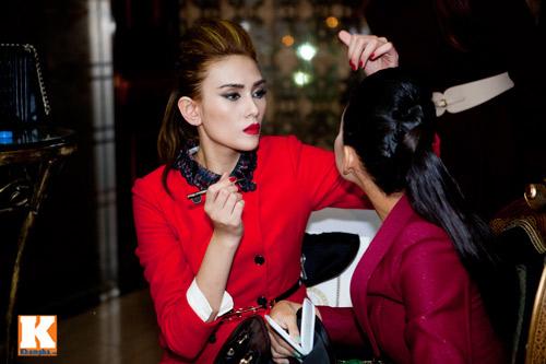 Hoàng Yến trổ tài make-up cho bạn diễn - 4