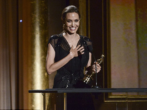 Angelina Jolie nhận giải Oscar nhân đạo - 4