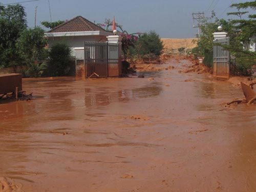 Vỡ hồ bùn titan, 3 người suýt bị cuốn ra cửa biển - 1