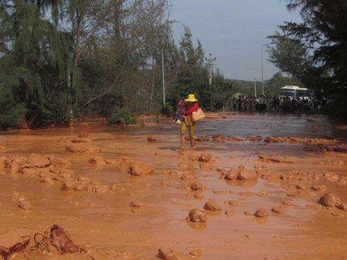 Vỡ hồ bùn titan, 3 người suýt bị cuốn ra cửa biển - 2