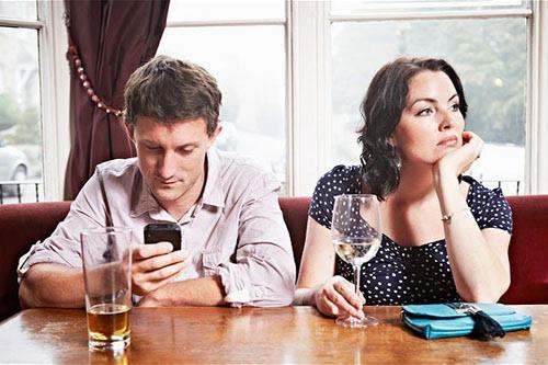 Chồng mê smartphone, vợ dễ ngoại tình - 1