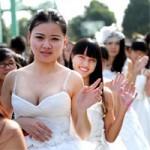 Phi thường - kỳ quặc - Váy cưới dài 3 mét làm từ… giấy vệ sinh