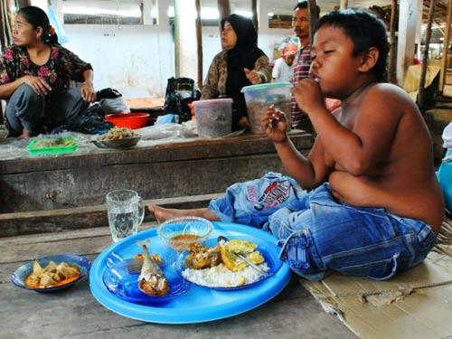 Indonesia: Bé trai nghiện ăn sau cai thuốc lá - 2