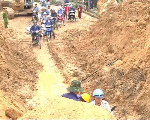 Quảng Ngãi: Đến nơi núi nổ chôn vùi 2 vợ chồng - 3