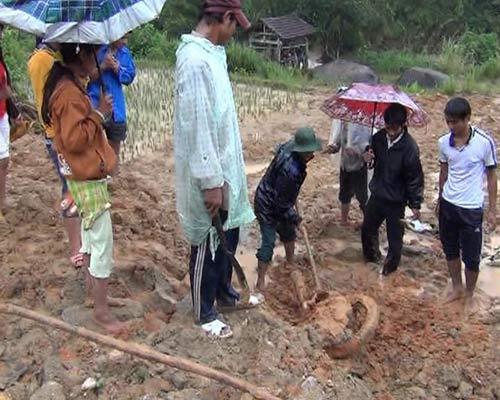 Quảng Ngãi: Đến nơi núi nổ chôn vùi 2 vợ chồng - 1