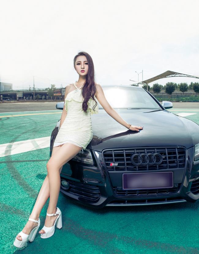 Gương mặt của một thiên thần hóa thân vào chân dài sexy để tạo dáng bên chiếc Audi S5 màu đen cáu cạnh, tạo thành một cặp đôi hoàn hảo