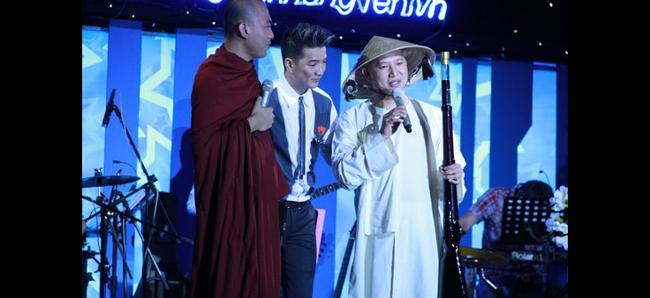 Đàm Vĩnh Hưng gây sốc với màn  khóa môi  sư thầy trên sân khấu ủng hộ gây quỹ giúp Wanbi Tuấn Anh tại phòng trà tối ngày 4/11/2012.