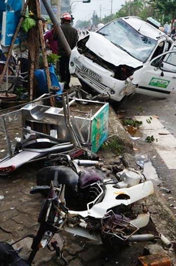 Taxi kéo lê xe máy, 2 người trọng thương - 1