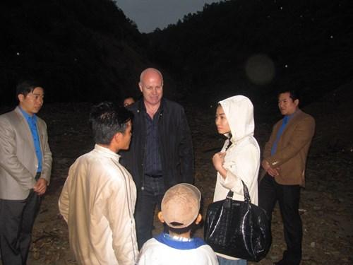Vợ chồng Thu Minh lặn lội đi từ thiện - 1