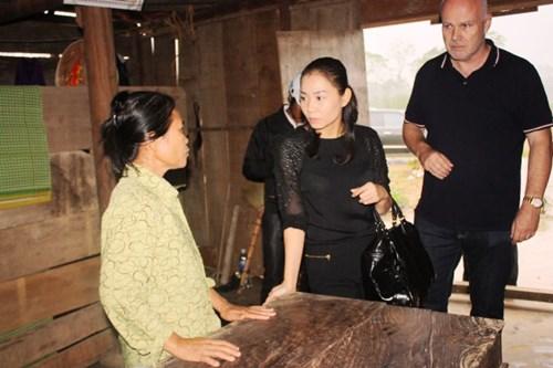Vợ chồng Thu Minh lặn lội đi từ thiện - 11