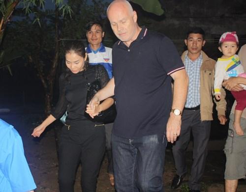 Vợ chồng Thu Minh lặn lội đi từ thiện - 7