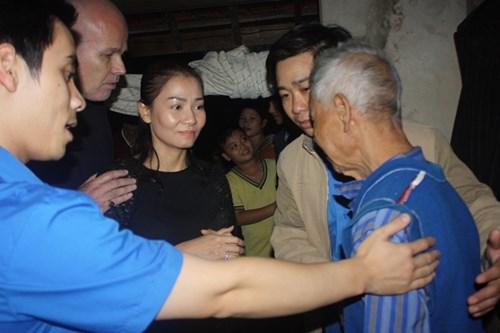 Vợ chồng Thu Minh lặn lội đi từ thiện - 8