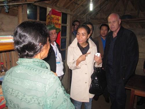Vợ chồng Thu Minh lặn lội đi từ thiện - 2