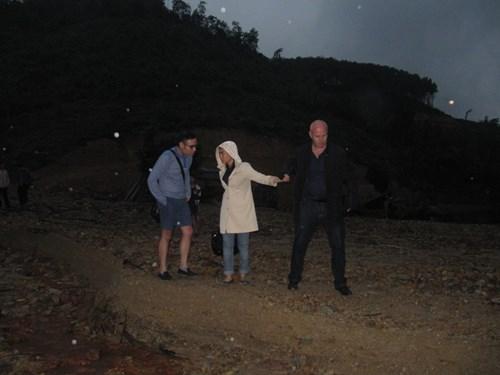 Vợ chồng Thu Minh lặn lội đi từ thiện - 4