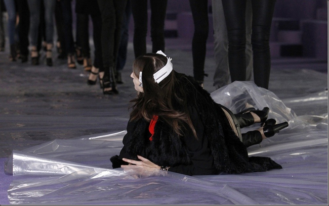 """Thót tim với những pha """"đo sàn"""" của người mẫu - 8"""