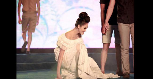"""Thót tim với những pha """"đo sàn"""" của người mẫu - 21"""
