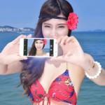 """Thời trang Hi-tech - Chân dài """"tự sướng"""" cùng smartphone trên biển"""