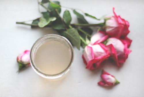 Làm đẹp rẻ tiền với nước hoa hồng tự chế - 1