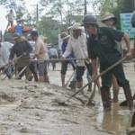 Tin tức trong ngày - Cả ngàn người dọn bùn nơi rốn lũ