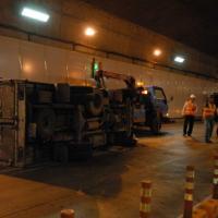 Xe tải chở bia lật trong hầm vượt sông Sài Gòn