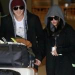 Ngôi sao điện ảnh - Kim Bum nắm chặt tay bạn gái tại sân bay
