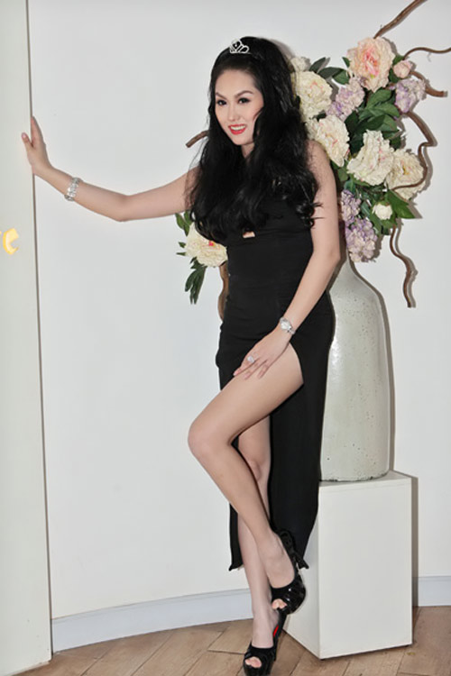 Váy xẻ thót tim của Phi Thanh Vân - 1