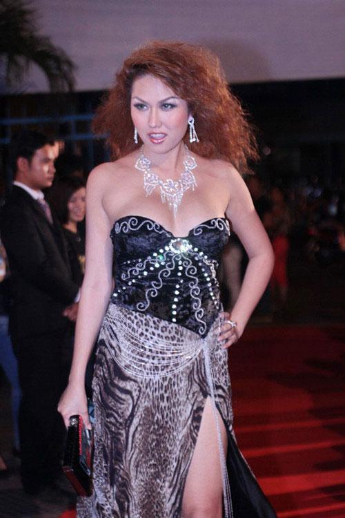 Váy xẻ thót tim của Phi Thanh Vân - 6