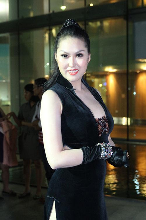 Váy xẻ thót tim của Phi Thanh Vân - 3