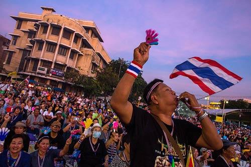 Nữ Thủ tướng Thái cầu xin chấm dứt biểu tình - 2