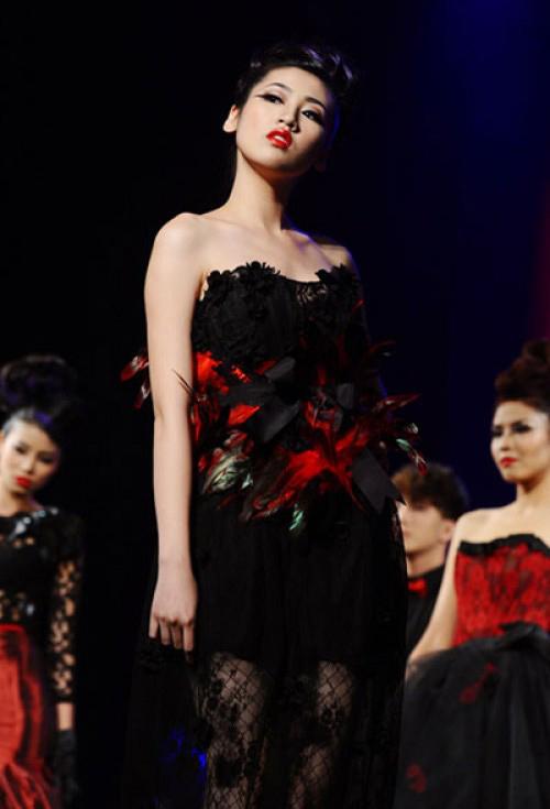 Bi hài khi Hoa hậu diễn catwalk - 7