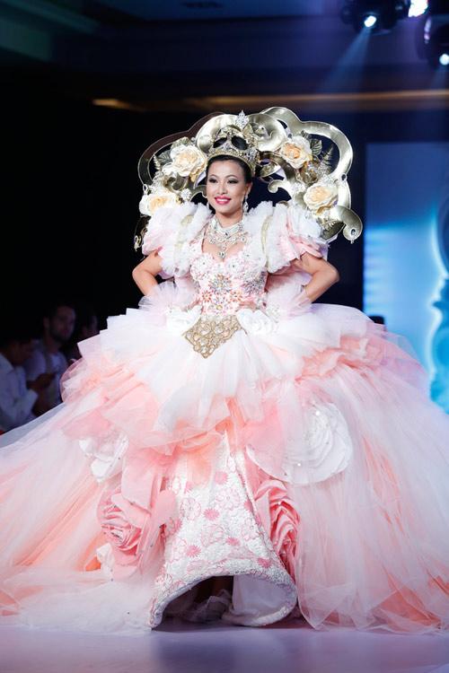 Bi hài khi Hoa hậu diễn catwalk - 8