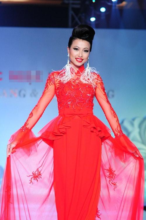 Bi hài khi Hoa hậu diễn catwalk - 9