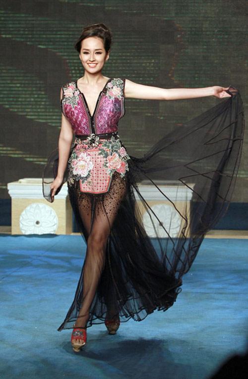 Bi hài khi Hoa hậu diễn catwalk - 5