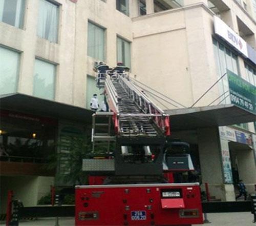 HN: Tuột dây cáp, thợ lau kính rơi từ tầng 7 - 1