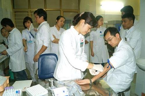 Bác sỹ hiến máu cứu bệnh nhân nguy kịch - 1