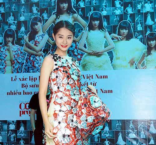 Váy 4.000 bao cao su lập kỷ lục Việt Nam - 4