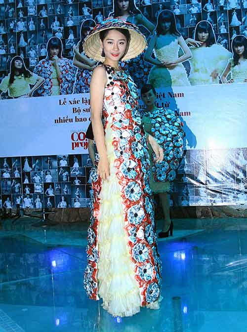 Váy 4.000 bao cao su lập kỷ lục Việt Nam - 3