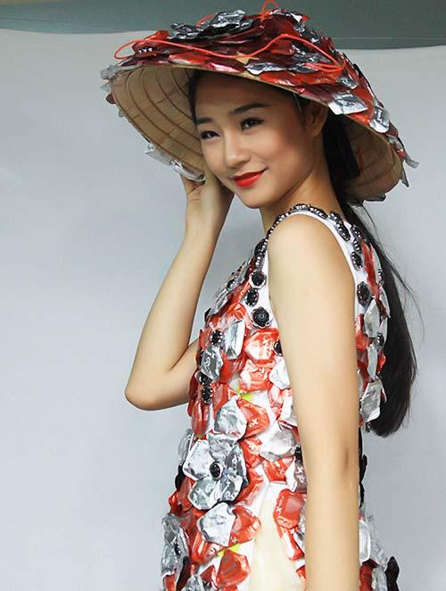 Váy 4.000 bao cao su lập kỷ lục Việt Nam - 5