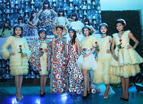 Váy 4.000 bao cao su lập kỷ lục Việt Nam - 10