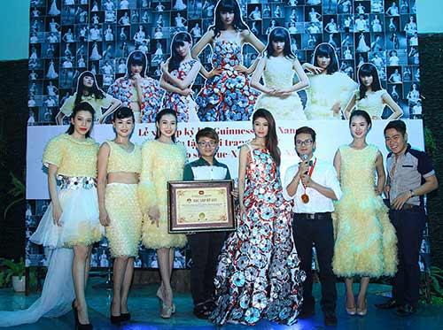 Váy 4.000 bao cao su lập kỷ lục Việt Nam - 1