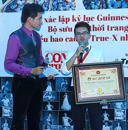 Váy 4.000 bao cao su lập kỷ lục Việt Nam - 2