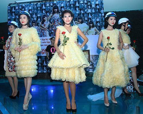 Váy 4.000 bao cao su lập kỷ lục Việt Nam - 9