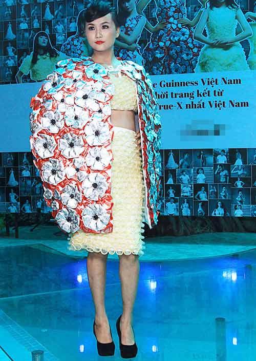 Váy 4.000 bao cao su lập kỷ lục Việt Nam - 6