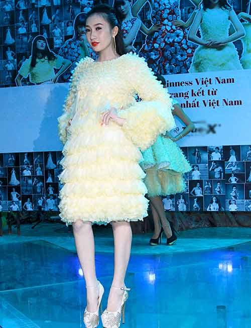 Váy 4.000 bao cao su lập kỷ lục Việt Nam - 7