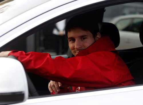 Messi tai nạn khi đi điều trị chấn thương - 1