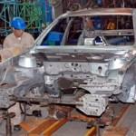 Ô tô - Xe máy - Ô tô nội bị đè bẹp trên sân nhà