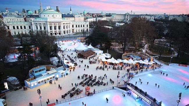 2. Sân băng tổ chức Vienna Ice Deam, Áo: Vienna Ice Dream là một sự kiện trượt tuyết được tổ chức hàng năm tại thành phố Vienna, Áo. Vào mùa đông, phía trước tòa thị chính biến thành một sân trượt băng vô cùng lớn và bạn có thể thoả thích thể hiện tài năng trượt băng của mình. Bên cạnh những vòng trượt chính trên sân, bạn cũng có thể trượt dọc theo con đường mòn dài 415m xung quanh.