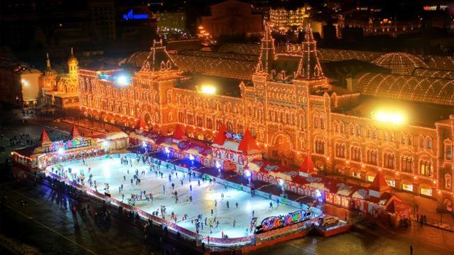 3. Sân băng trên quảng trường Đỏ (Red Square), Moscow: Trong nhiều năm liên tiếp, một phần của quảng trường Đỏ tại Moscow được biến thành một sân băng đón khách du lịch trong và ngoài nước tới trượt băng và tận hưởng không khí cận kề ngày lễ Giáng Sinh. Xung quanh sân băng, những ngôi nhà ngói đỏ với hệ thống đèn điện nhấp nháy đủ màu sắc khiến không khí của ngày lễ Noel lan tỏa khắp nơi nơi.